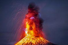 Erupción del v Volcán de Colima, México, por Hernando Rivera