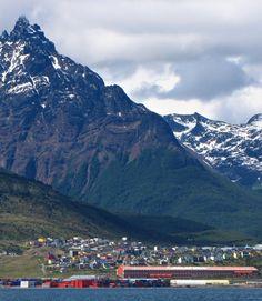 Ushuaia with Mt Olivia in the background (Ushuaia con el Monte Olivia de fondo) | Tierra del Fuego | Argentina
