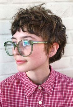Learn how to choose the best shag haircuts for your face shape and hair type, and find 101 shag hairstyles, both for short and long hair! Curly Shag Haircut, Short Shag Hairstyles, Shaggy Haircuts, Hipster Grunge, Grunge Hair, Melena Shag, Curly Mullet, Short Mullet, Queer Hair