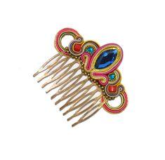 Peinecillo de flamenca combinado en tonos rosas con piedra facetada azul. Soutache Tutorial, Macrame Tutorial, Color Plomo, Ballroom Jewelry, Soutache Jewelry, Hair Comb, Shibori, Jewelry Crafts, Headpiece