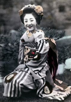 Smiling maiko in 1945 - war is over. Probably one of the last hand-colored photographs...