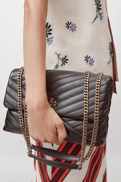 Tory Burch Damen Schultertasche Kira Chevron Schwarz | SAILERstyle Black Leather Bags, Quilted Leather, Soft Leather, Tory Burch, Chevron Quilt, Trends, Marshalls, Metal Chain, Designer Shoes