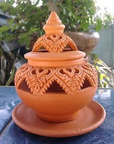 Totally goes in my house! Diy Arts And Crafts, Clay Crafts, Ceramic Pottery, Ceramic Art, Thai Decor, Thai Pattern, Advanced Ceramics, Ceramic Light, Wax Warmers