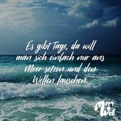 Visual Statements®️ Es gibt Tage, da will man sich einfach nur ans Meer setzten und den Wellen lauschen. Sprüche / Zitate / Quotes / Meerweh / reisen / Fernweh / Wanderlust / Abenteuer / Strand / fliegen / Roadtrip