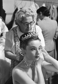 Audrey Hepburn on the set of Roman Holiday getting her necklace put on by her dr. Audrey Hepburn o Old Hollywood, Hollywood Glamour, Classic Hollywood, Hollywood Icons, Style Audrey Hepburn, Audrey Hepburn Roman Holiday, Audrey Hepburn Photos, Divas, Moda Retro