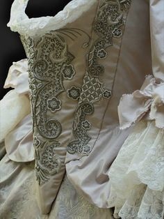 Mantua of about 1750, embroidery by Reine des Centfeuilles, www.mauritia.de