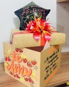 El empaque de Regalo Si 👍 es IMPORTANTE . . Qué tal este empaque de Regalo en caja #kraft de nuestros amigos de @munelocos con el toque… Paper Shopping Bag, Container, Gift Wrapping, Gifts, Instagram, Decor, Gift Boxes, Artist's Book, Amigos
