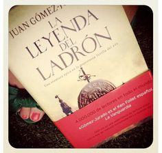 La foto de Sara con Leyenda... y su maravillosa crítica, la primera en un blog que recibió esta novela: http://www.greenpeeptoes.es/2012/06/la-materia-de-los-suenos.html