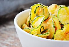 Salt and vinegar zucchini chips. Try this healthier potato chip alternative. Atkins Recipes, Low Carb Recipes, Healthy Recipes, Diet Recipes, Chip Alternative, Meal Replacement Diets, Tarte Vegan, Zucchini Chips Recipe, Sweet & Easy