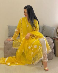 Pakistani Fashion Party Wear, Indian Fashion Dresses, Dress Indian Style, Indian Designer Outfits, Designer Dresses, Fashion Outfits, Beautiful Pakistani Dresses, Pakistani Dresses Casual, Pakistani Dress Design