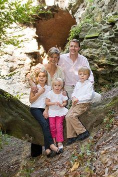 Foto van Prins Constantijn en Prinses Laurentien met hun kinderen Eloise, Claus-Casimir en Leonore, 2009 © RVD/Fotogeniek, foto: Jeroen van der Meyde