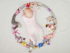 Eine schnell umsetzbare Idee um das Baby zu beschäftigen: Der Sensorik-Hula-Hoop. Ideen, Anleitung und Bilder als DIY. Beschäftigung für Babys.