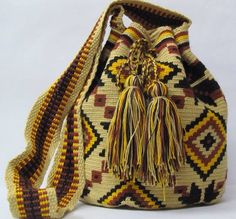 This Fait a main Retro Sac was handwoven in the huskies dessert in Colombia. One of a kind. High: 30 cm (+-2cm) Base - Bottom18x20 cm (+-2cm) Strap :