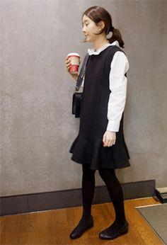 [Holicholic]ノースリーブフレアワンピース  やや厚みのあるウール混紡素材で  今の季節にぴったり♪  ノースリーブに落ち感バッチリのHライン★  裾のフリルがフェミニンなムードのアイテム♪