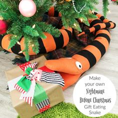 Christmas in July 2019 Week The Nightmare Before Christmas Gift Eating Snake - Simple Simon and Company - - Make this 12 foot NIghtmare Before Christmas inspired gift eating snake! All you need is felt along with a lot of patience and stuffing! Halloween Christmas, Christmas Birthday, Christmas Themes, Christmas Crafts, Christmas Tattoo, Christmas Nails, Halloween Inspo, Dark Christmas, Halloween Prop