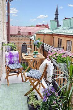 praktische und moderne Holzmöbel für den Balkon