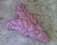 Beautiful Vintage Pink Leaf Wall Pocket Planter - Mauve Rose Glaze - Flower and Tropical Leaf  - Hanging Bud Vase Old Pottery, Vintage Pottery, Pottery Art, Vintage Walls, Vintage Pink, Vintage Art, Old Vases, Antique Dishes, Pink Leaves
