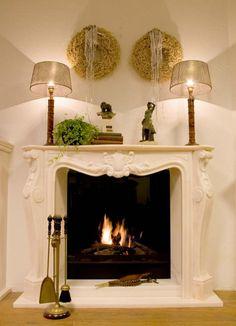 Klassieke inbouw haard in een licht marmeren en klassiek bewerkte schouw   Profires partner Tibas haarden & kachels · inspiratie voor sfeerverwarming
