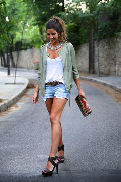 trendy_taste-look-outfit-street_style-blog-blogger-fashion_spain-moda_españa-khaki_parka-chaqueta_caqui-denim_shorts-shorts_vaqueros-basic_tee-camiseta_basica-ethnic_clutch-clutch_etnico-10