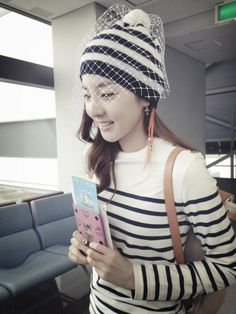 Dara's 'veil-beanie' would love to have one kekeke ^^ Kpop Girl Groups, Korean Girl Groups, Kpop Girls, 2ne1 Dara, Akdong Musician, Sandara Park, Korean Music, Korean Beauty, Asian Fashion