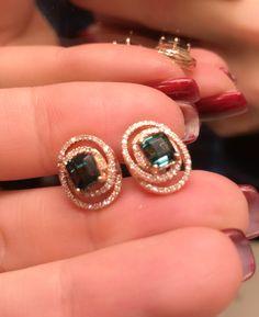 Diamond hoop earrings are perfectly popular nowadays, thanks to young pop divas like Jennifer Lopez or J-Lo, hiphop queen extraordinaire. Solitaire Earrings, Diamond Hoop Earrings, Diamond Bracelets, Diamond Pendant, Diamond Jewelry, Bracelets Or, Gold Earrings, Earring Studs, Mesh Bracelet