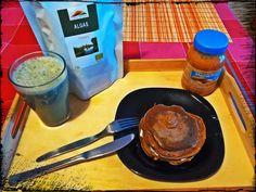 """Panquecas de aveia e alfarroba com recheio de """"mousse"""" de manteiga de amendoim e maça aquecida com canela e quark e batido de bebida de amêndoa, maça, Chlorella e canela"""