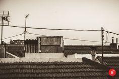2013-08-20 Tejados Vallecanos En Madrid hay de todo: Rascacielos, ejecutivos, grandes compañías con grandes sedes y muchas moderneces, aunque también hay solera, barrios con historia, con sabor a añejo y a otros tiempos. Vallecas es uno de esos barrios y puedes ver como han pasado los años en él por sus tejados. No todo van a ser áticos con amplias terrazas y hamacas para tomar un copazo.