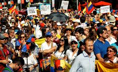 Una multitud participa en la manifestación contra Nicolás Maduro por las calles…