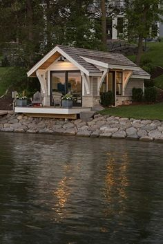 A gorgeous tiny house right by the lake! 😍 Would you love to live in this house? 🏡 TAG a friend who wants a tiny house one day! ❤️👇 (DM for… Tiny House Cabin, Tiny House Living, Tiny House Plans, Tiny House Design, Cabin Homes, Tiny Houses, Cottage Design, Small Guest Houses, Wooden House Plans