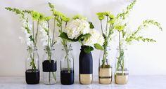 DIY colour block vases - on Song Of Style Diy Bottle, Bottle Vase, Bottle Crafts, Garrafa Diy, Decoration Evenementielle, Creation Deco, Song Of Style, Deco Floral, Deco Table