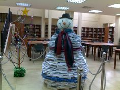 Snow man made with books. Library Book Displays, Library Ideas, Library Books, Christmas And New Year, Christmas Fun, Christmas Decorations, Book Furniture, Furniture Making, Bookstores
