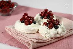 I nidi di meringa con panna e frutta sono un dessert semplice da realizzare ma di sicuro effetto.