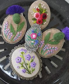 This would be gorgeous made with fimo i Ribbon Embroidery, Cross Stitch Embroidery, Embroidery Patterns, Fabric Beads, Brooches Handmade, Embroidered Flowers, Handicraft, Sewing Aprons, Needlework