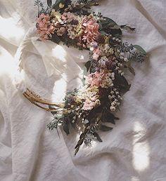 . wreath bouquetも🌷🎀 . いつもドライやプリザで作ってるけど 季節感は大切にしています。春のフラワーリースは作ってて いちばんウキウキする♪ . . #listentonature #ltn_works #wedding #bouquet #wreath #リースブーケ #オーダメイド