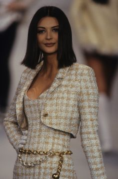 Chanel Spring 1993 Ready-to-Wear Fashion Show - Vogue Look Fashion, 90s Fashion, Runway Fashion, High Fashion, Vintage Fashion, Fashion Outfits, Womens Fashion, Fashion Design, Chanel Fashion Show