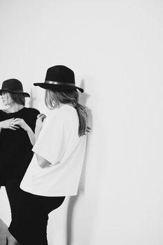L'automne et l'hiver de 2015 promettent de nous donner des tenues chics à porter. La capeline noire est un tel accessoire qui sera en vogue cette année pour