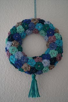 crochet wreath using rose pattern info about tutorial - Decoration İdeas Crochet Rug Patterns, Crochet Quilt, Crochet Yarn, Crochet Flowers, Crochet Toys, Wreath Crafts, Diy Wreath, Wreaths, Wreath Ideas