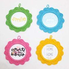 Com fundinho fica ainda mais charmoso! 💛 #decoração #molduras #moldurasdecrochê #moldurasemcrochê #crochê #feitoàmão #casa #paredes