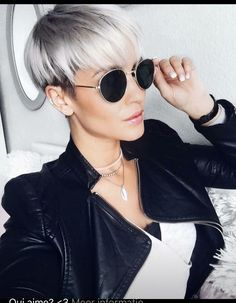 Fresh and Creative Mixed Color Hair Human Hair Wigs - Cheveux 2019 Short Pixie Haircuts, Short Hair Cuts, Pixie Cuts, Pelo Guay, Corte Y Color, Wig Hairstyles, Trendy Hairstyles, Great Hair, Silver Hair