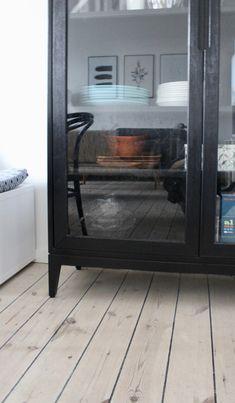 Vitrineskab: Mit bedste IKEA-hack | BILLIGE TRICKS | staystrange Ikea Hacks, China Cabinet, Tricks, Home Appliances, Storage, Wood, Diy, Furniture, Home Decor