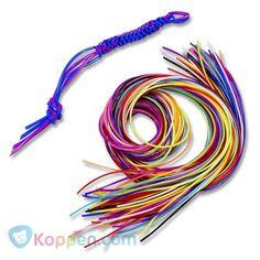 Touwtjes knopen. Maak zelf je mooiste kleurrijke armbanden en andere creaties. 50 touwtjes van 80 centimeter in een zakje. http://www.koppen.com/producten/categorie/creatief-educatief/sub-categorie/sieraden-maken/geslacht/meisje/leeftijd/vanaf-3-jaar/materiaal/kunststof/merk/koppen-eigen-merk/aanbieding/all/prijs/-0,50-1,00/product/48023# Prijs: € 0,99
