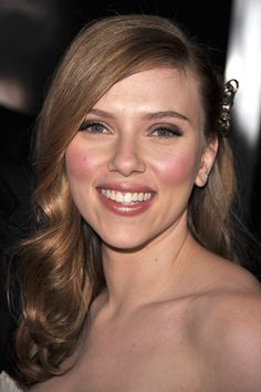 These long, side bangs and the soft Light Brown haircolor on Scarlett Johansson throw the focus on her lovely features. Get your own most flattering hair color to cover grays at home here: http://www.haircolorforwomen.com/breakthrough-hair-color-system-your-salon-doesnt-want-you-to-know-about-p/