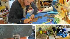 Virginie Bottiau crée portefeuilles, portemonnaies, boucles d'oreilles, sacs pour hommes, pour femmes. Elle invite  ses clients à venir chez elle pour participer, choisir les cuirs et créer ensemble.