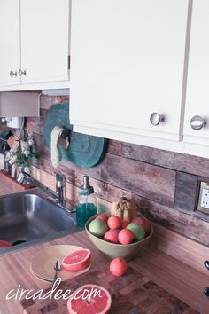 pallet wood back splash & painted laminate cabinets - goodness me this is gorgeous! Kitchen Redo, New Kitchen, Kitchen Dining, Kitchen Remodel, Kitchen Makeovers, Country Kitchen, Painting Laminate Cabinets, Laminate Furniture, Pallet Furniture