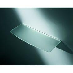 Etagère en verre avec une découpe convexe sur la face avant de l'étagère.