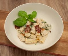 Penne met spinazie en kip; een lekker pastagerecht met een zelfgemaakte saus. Niet moeilijk om te maken en klaar in een half uurtje.