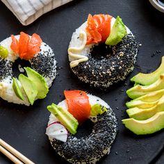 Der Geschmack bleibt, aber das japanische Fingerfood bekommt einen ganz neuen Look! Der Reis wird mit Avocado, Lachs, Wasabi und Co. zum Sushi Donut!