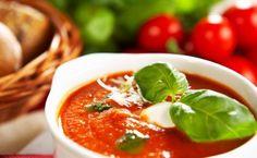 Tomatensuppe mit Gin, Büffel Mozarella und gerösteten Pinienkernen Rezept