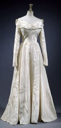 Wedding dress, Edward Molyneux, Worn by fashion model Patricia Aileen Cunningham to marry British couturier Charles Creed at the Assumption Convent, Kensington Square, on 1 September Vintage Gowns, Vintage Bridal, Mode Vintage, Vintage Outfits, Vintage Clothing, Vintage Weddings, Romantic Weddings, Beautiful Gowns, Beautiful Outfits