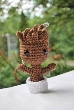 Crochet Little Baby Groot – Best Amigurumi Crochet Kawaii, Cute Crochet, Crochet Crafts, Crochet Projects, Crochet Patterns Amigurumi, Amigurumi Doll, Crochet Dolls, Knitting Patterns, Baby Groot